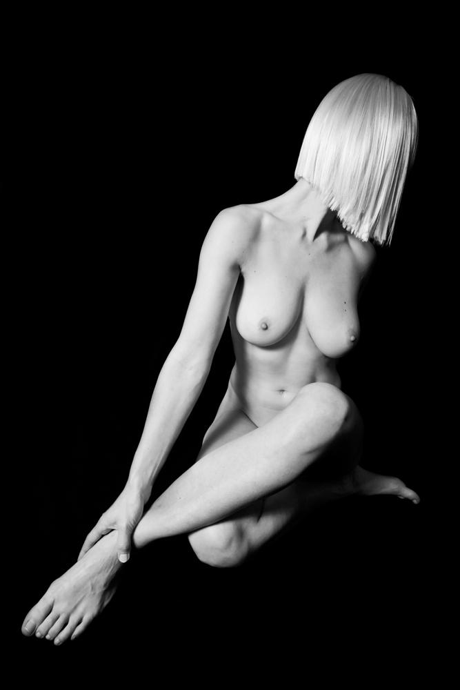 Schwarz-weiß Foto (Akt) einer blonden Frau