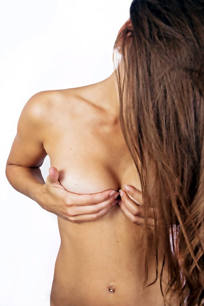 Aktmodel weiblich stehend - durch Haare verdecktes Gesicht