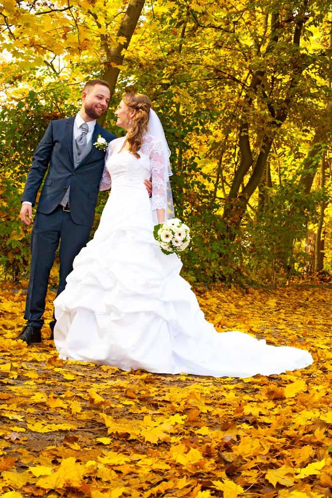 Brautpaar von Laub umgeben