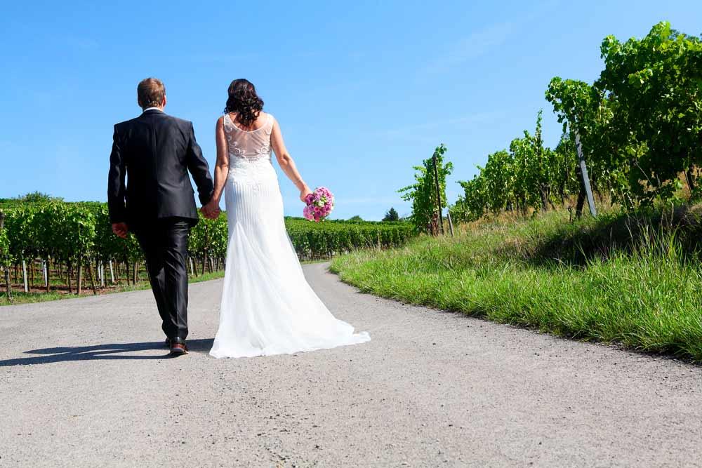 Brautpaar laufen durch Weinberge