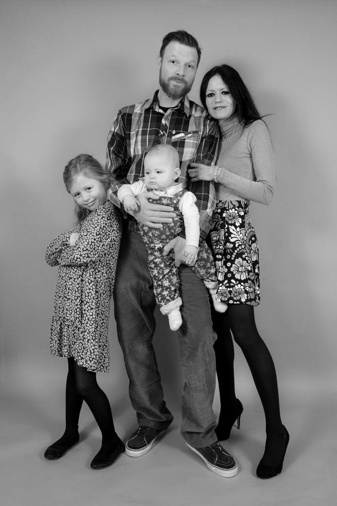 Familienfoto schwarz-weiss - Mutter, Vater, zwei Kinder & ein Baby