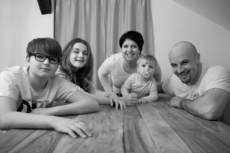Familie am Küchentisch - Eltern, Tochter, Sohn und Baby