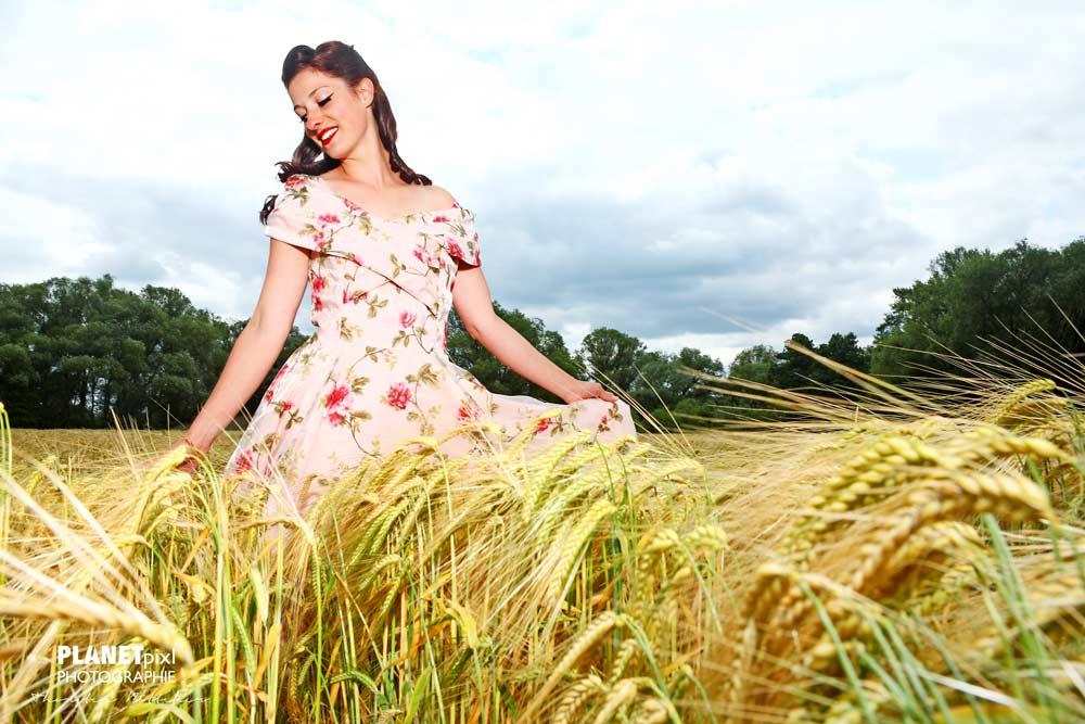 Frau im Weizenfeld mit Sommerkleid