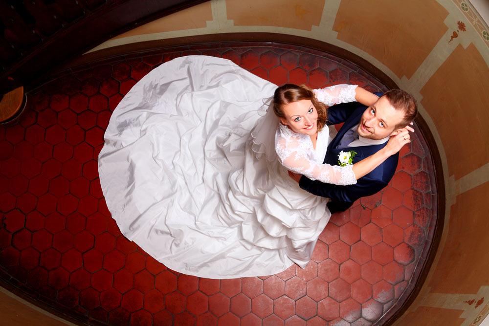 Hochzeitsfotografie - Brautpaar im Treppenaufgang