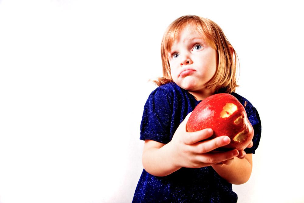 Kind mit Apfel in den Händen
