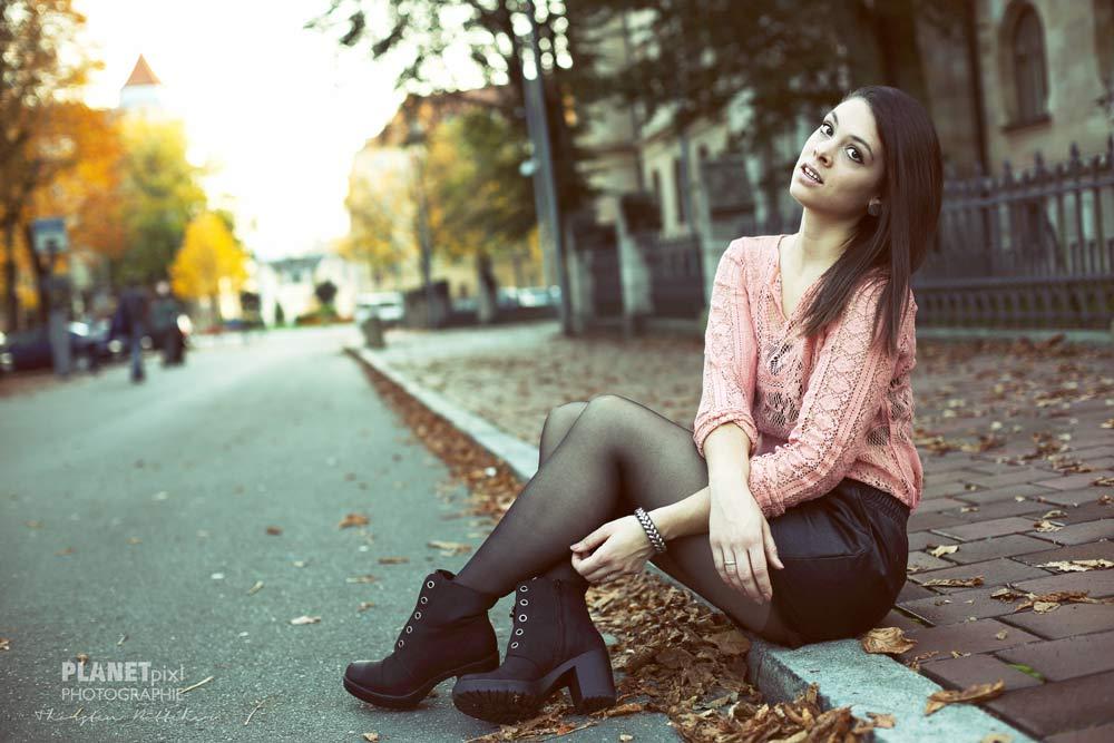 Model am Straßenrand sitzend