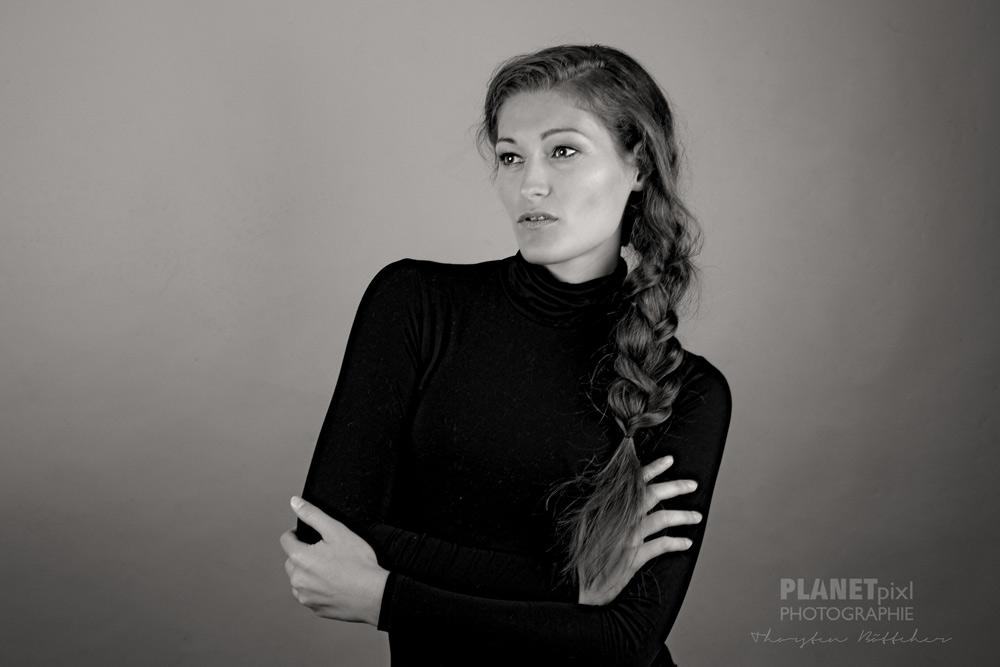 Model stehend schwarz-weiß