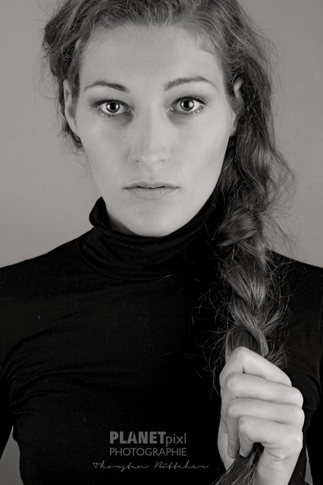 Portrait Frau mit zum Zopf geflochtenen Haaren
