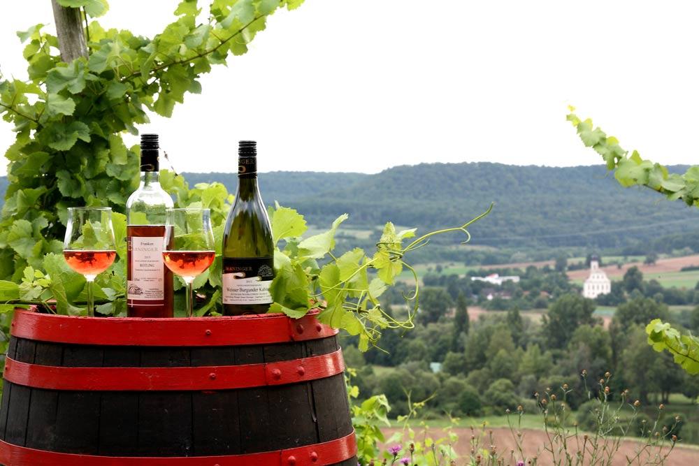 Weinflaschen und Weinglas auf Weinfass
