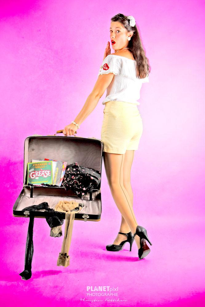 Pinup mit Koffer