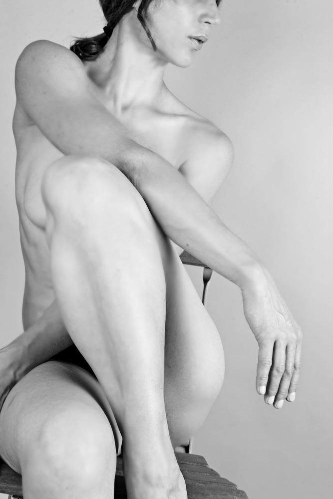 Aktfoto schwarz-weiß auf Stuhl