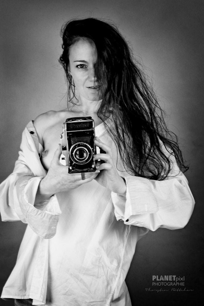 schwarz-weiss Bild Aktfoto mit Kamera