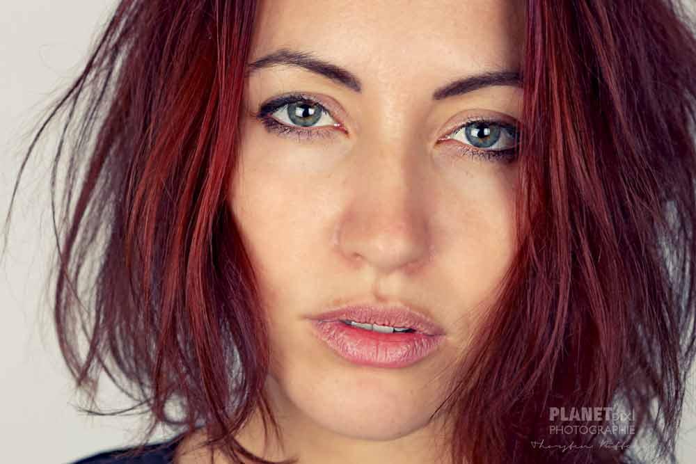 Frau Portrait rote Harre