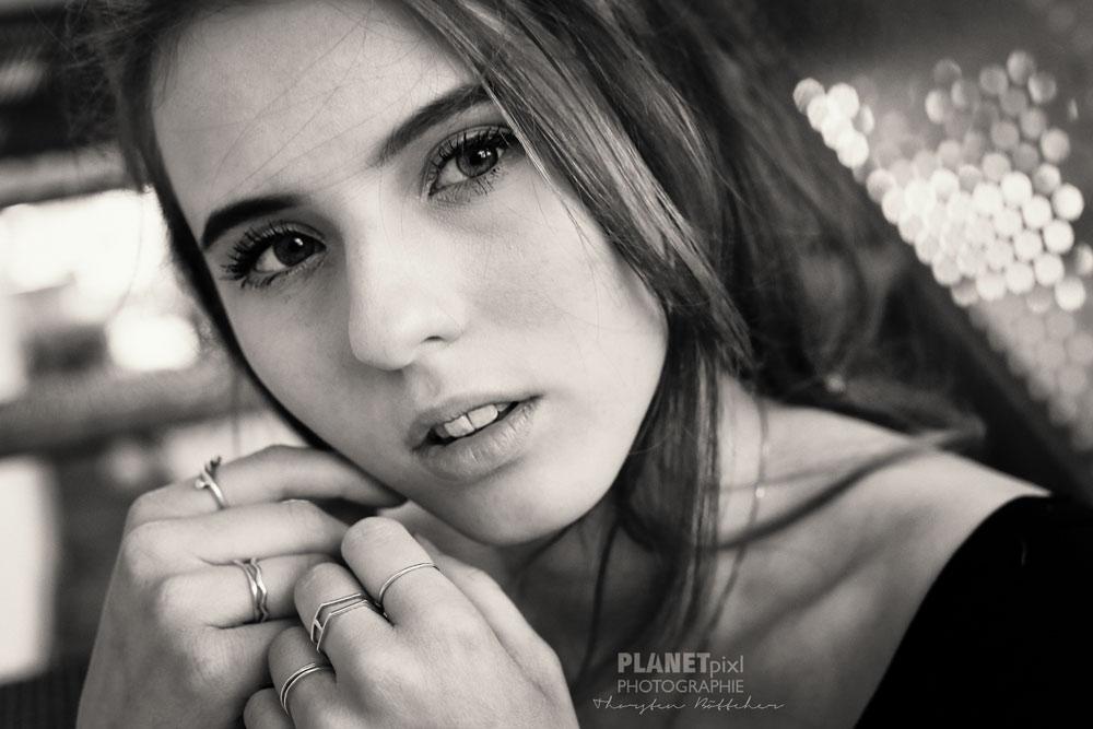 Schwarz-Weiß Portrait junge Frau