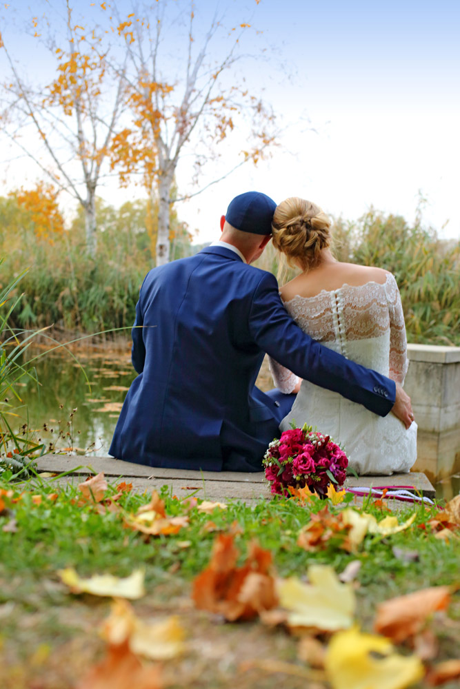 Hochzeitzpaar im Grünen von hinten, Brautpaar