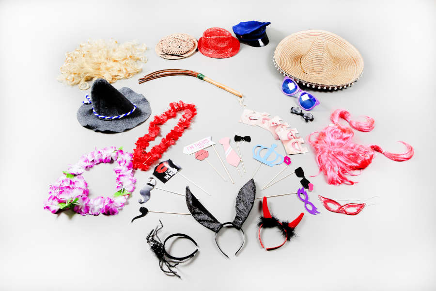 Requisiten für Fotobox wie Hüte, Mützen, Bärte