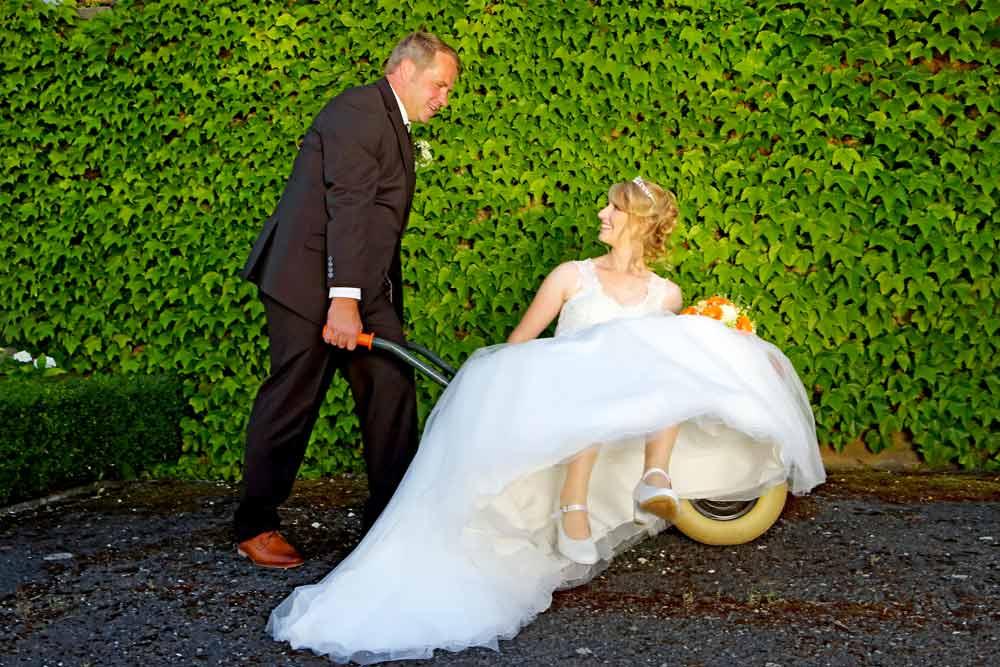 Brautpaar Schubkarre, grüner Hintergrund