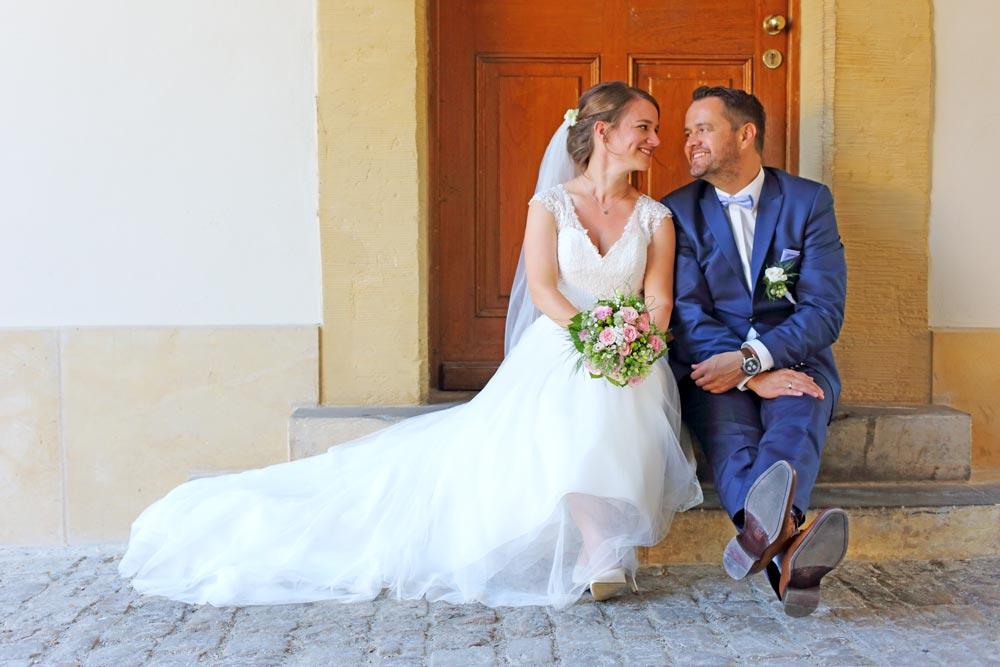 Hochzeitspaar an Eingangstür, die sich verliebt ansehen