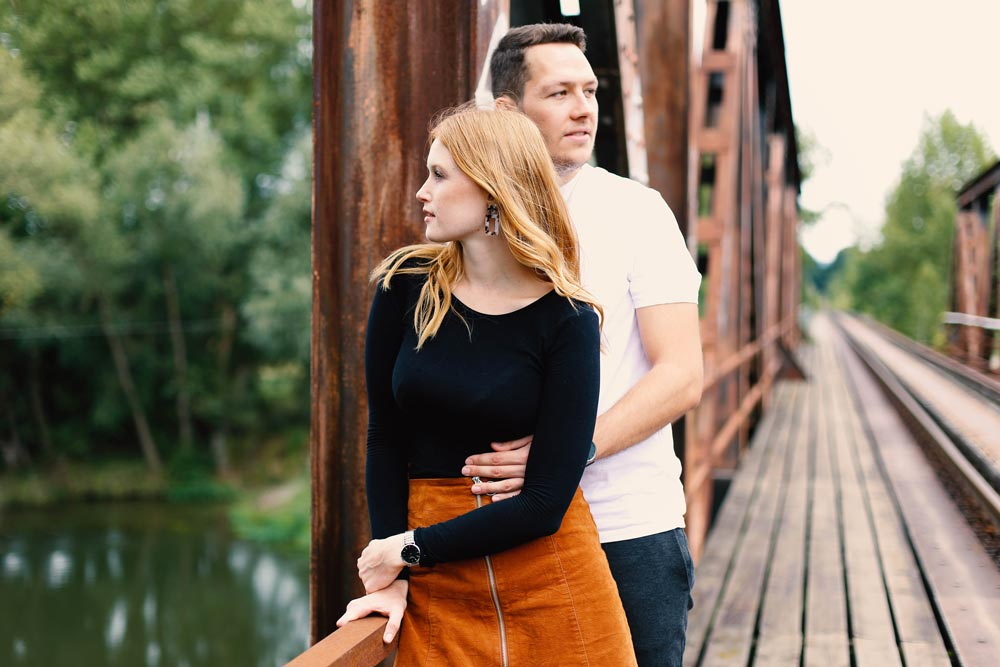 Paarbild, Mann steht hinter der der Frau und umarmt sie