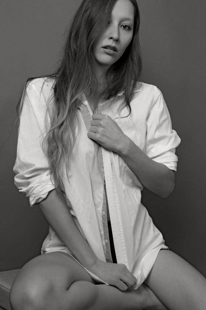 Schwarz Weiß Portrait junge Frau, sitzend