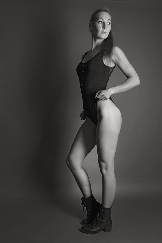 schwarz weiss Bild Frau stehend mit Schuhen