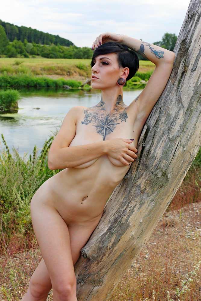 Aktfoto junge Frau mit Tattoos