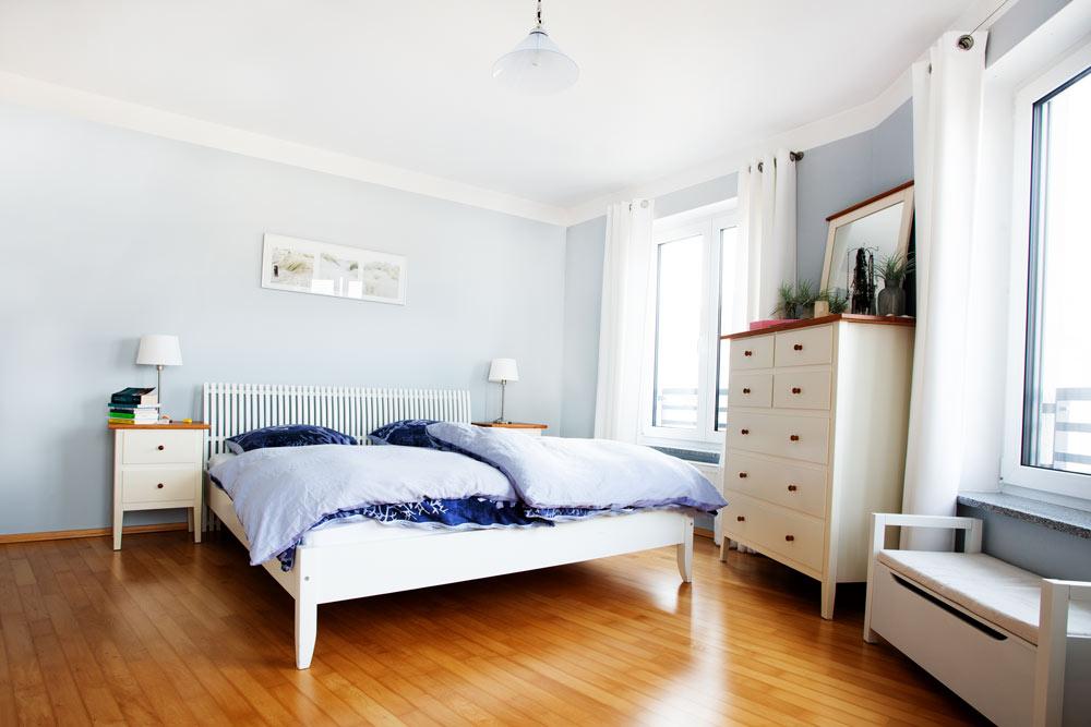Innenaufnahme Schlafzimmer, weiße Möbel, Holzboden, Architekturaufnahme, Indoorfotografie